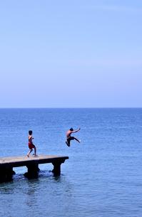 桟橋から飛び込む男の子の写真素材 [FYI03163705]