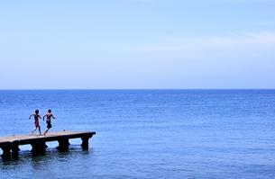 桟橋を走る男の子たちの写真素材 [FYI03163707]
