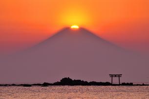 葉山のダイヤモンド富士の写真素材 [FYI03163708]
