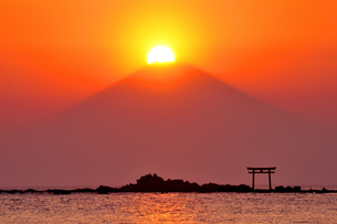 葉山のダイヤモンド富士の写真素材 [FYI03163712]