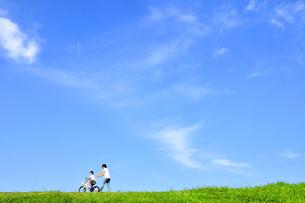 自転車の練習をする親子の写真素材 [FYI03163713]