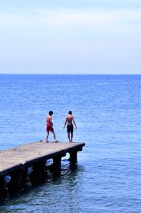 桟橋に立つ男の子たちの写真素材 [FYI03163714]