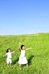 子供たちと草原の丘の写真素材 [FYI03163719]