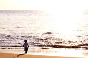 夕景の海を見る子供の写真素材 [FYI03163722]