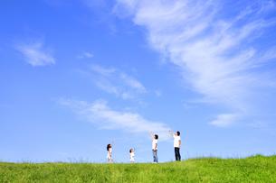 草原の4人家族の写真素材 [FYI03163728]