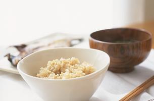 玄米と味噌汁と魚のご飯の写真素材 [FYI03163855]