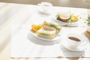 サンドイッチとコーヒーの朝食の写真素材 [FYI03163862]