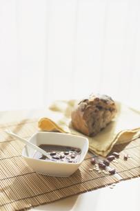 小豆のスープとオーガニックパンの写真素材 [FYI03163863]