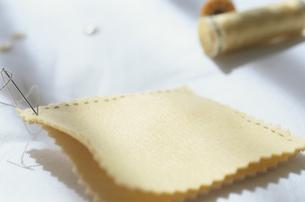 縫い途中の針と布の写真素材 [FYI03163870]
