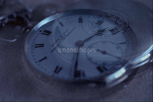 懐中時計の表と裏の写真素材 [FYI03163899]