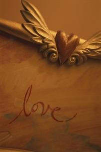 ハートの飾りとloveの文字の写真素材 [FYI03163953]