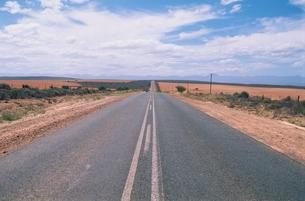 地平線とまっすぐ伸びる高速道路 南アフリカの写真素材 [FYI03164009]