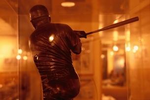 バットを振る野球選手の銅像 ニューヨーク アメリカの写真素材 [FYI03164119]