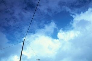 交差する電線 ノルマンディ フランスの写真素材 [FYI03164213]