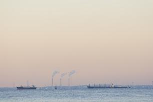 工場の煙突と貨物船,東京湾の写真素材 [FYI03164429]