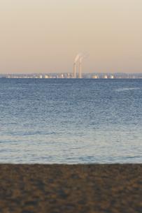 工場の煙突と東京湾の写真素材 [FYI03164430]