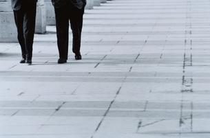 歩道を歩く2人の人物の足 B&Wの写真素材 [FYI03164876]