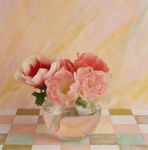 花瓶のチューリップとアネモネの花の写真素材 [FYI03164881]