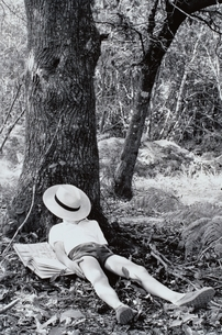 木の下で昼寝する外国の男の子 パリ フランスの写真素材 [FYI03164905]