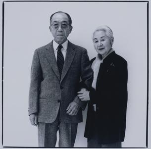 腕を組む日本人老夫婦の写真素材 [FYI03164956]