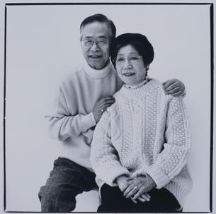 寄り添う日本人中高年夫婦の写真素材 [FYI03164960]