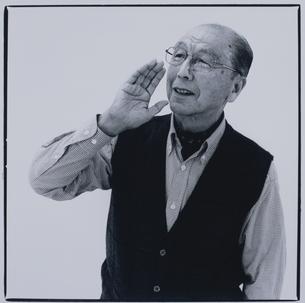 呼ぶ日本人老人男性の写真素材 [FYI03164968]