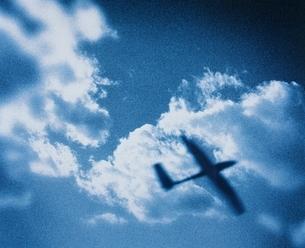 雲とグライダー   CGの写真素材 [FYI03165015]