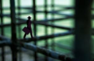 黒いネット上を歩くビジネスマンの写真素材 [FYI03165031]