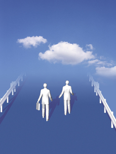 雲とガードレールの道を歩く二人 CGの写真素材 [FYI03165119]