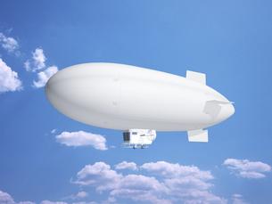 青空に浮かぶ飛行船のイラスト素材 [FYI03165191]
