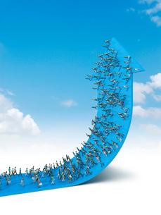 上向いた青の矢印の上を歩く群衆イメージのイラスト素材 [FYI03165741]