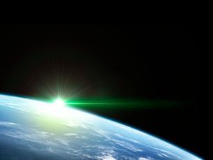 衛星軌道から眺める日の出に浮かび上がる広大な大気層と雲海のイラスト素材 [FYI03165888]