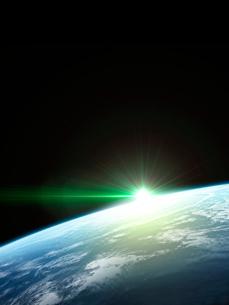 衛星軌道から眺める日の出に浮かび上がる広大な大気層と雲海のイラスト素材 [FYI03165889]