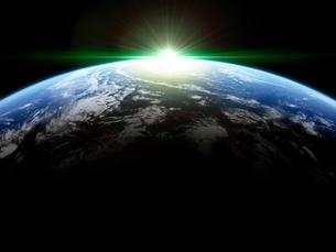 衛星軌道から眺める日の出に浮かび上がる広大な大気層と雲海のイラスト素材 [FYI03165893]
