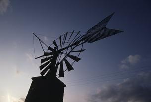 空と風車のシルエット マヨルカ島 スペインの写真素材 [FYI03165908]