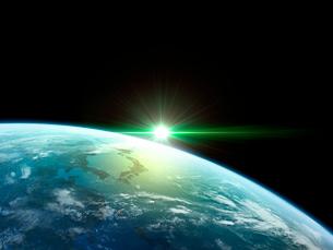 衛星軌道から眺める日の出に浮かび上がる日本と北東アジア圏のイラスト素材 [FYI03165935]