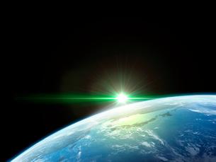 衛星軌道から眺める日の出に浮かび上がる日本と北東アジア圏のイラスト素材 [FYI03165936]
