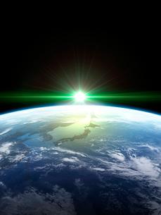 衛星軌道から眺める日の出に浮かび上がる日本と北東アジア圏のイラスト素材 [FYI03165937]
