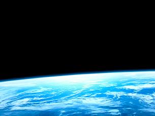 衛星軌道から眺める美しい青い地球の大気層のイラスト素材 [FYI03165940]