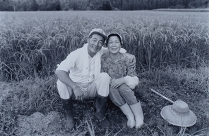 あぜ道に座る日本人の老夫婦  B/Wの写真素材 [FYI03166090]