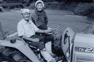 トラクターに乗った日本人老夫婦  B/Wの写真素材 [FYI03166093]