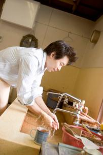 手を洗う男性の写真素材 [FYI03166358]