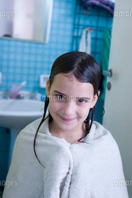 タオルにくるまる女の子の写真素材 [FYI03166410]