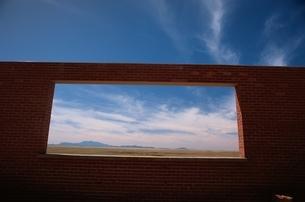 れんがの壁と空の写真素材 [FYI03166478]