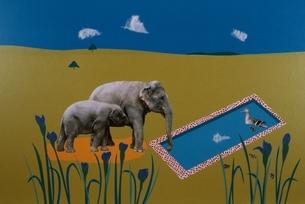 空と花と鳥と2頭のゾウの親子 合成のイラスト素材 [FYI03166508]
