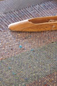 ウールの織物と杼(シャトル)の写真素材 [FYI03166536]