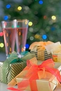 クリスマスプレゼントとキャンドルの写真素材 [FYI03166669]
