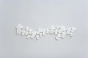 白い矢印のクラフトの写真素材 [FYI03166718]