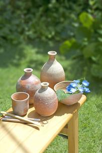 焼きものと陶芸の道具と紫陽花の写真素材 [FYI03166722]