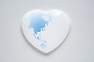 白いハートと世界地図の写真素材 [FYI03166755]